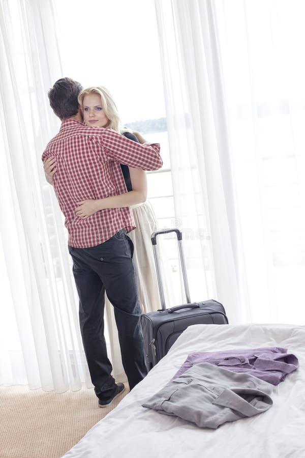 Potomstwo pary przytulenie w pokoju hotelowym zdjęcia stock