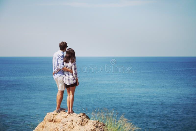 Potomstwo pary spojrzenie przy morzem obrazy stock