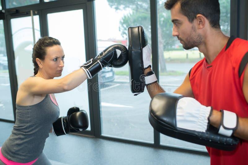 Potomstwo pary stażowy boks indoors zdjęcia royalty free