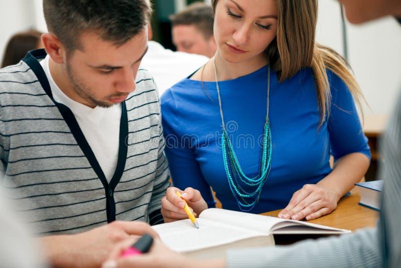 Potomstwo pary uczni studiować zdjęcie royalty free