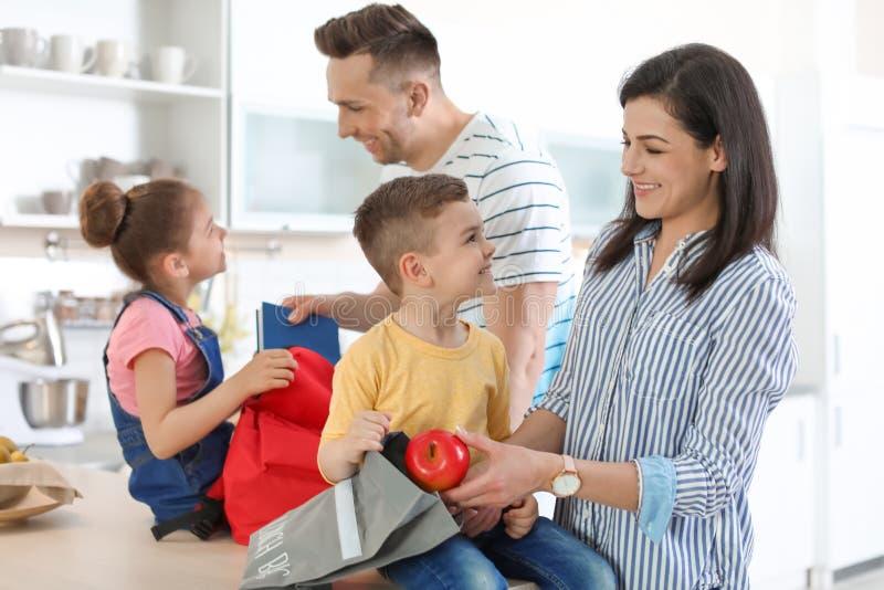 Potomstwo rodzice pomaga ich małe dzieci obrazy royalty free