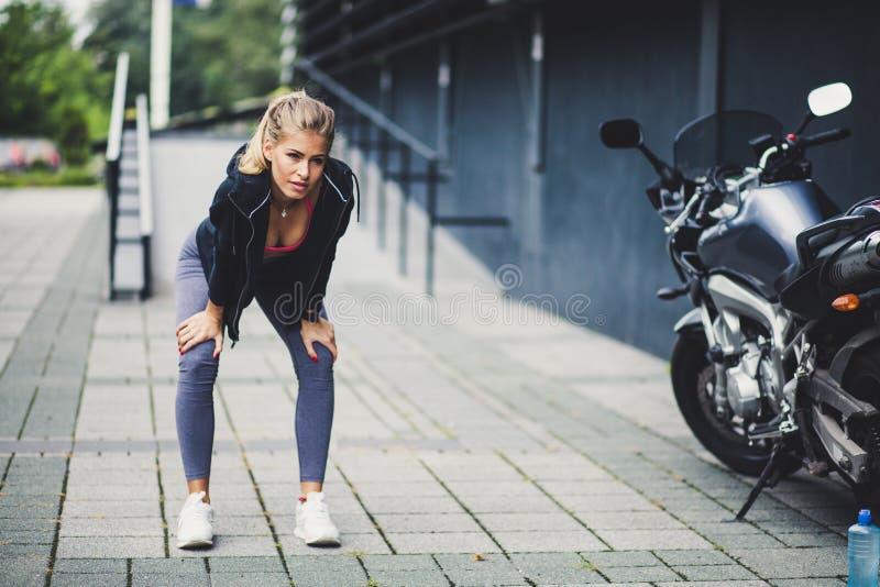 Potomstwo sporta kobiety przy miasto chodniczkiem zdjęcie stock