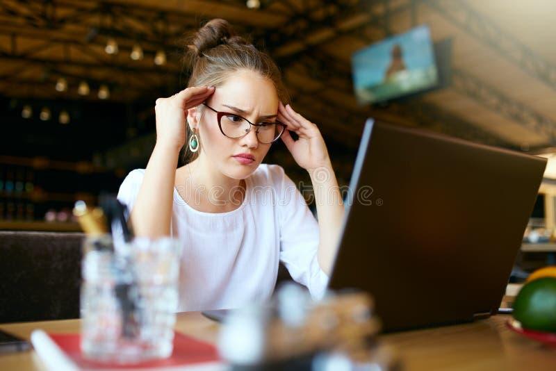 Potomstwo stresować się azjatykcie freelancer masowania świątynie zmniejszać migrenę, hałaśliwie workspace daje migrenie, uśmierz zdjęcie stock