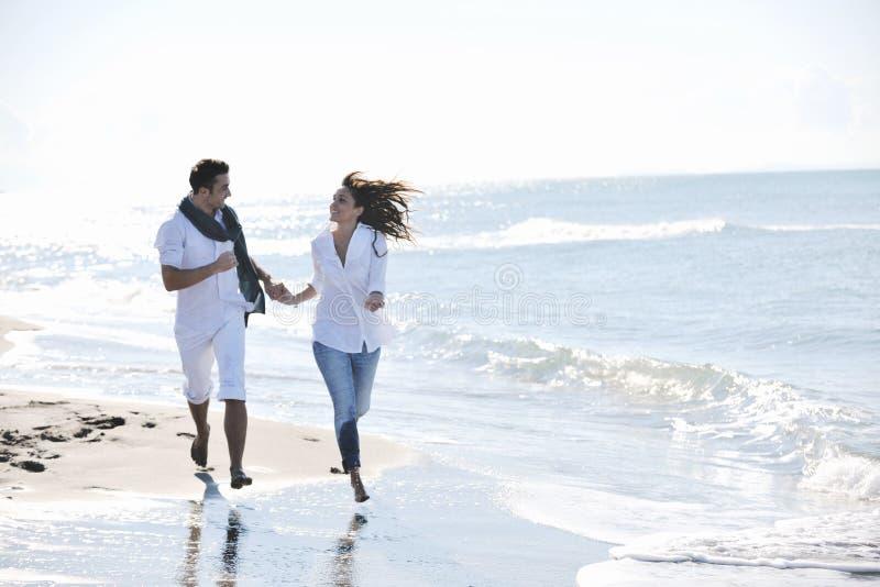 Potomstwo szczęśliwa para zabawę przy piękną plażą zdjęcia stock