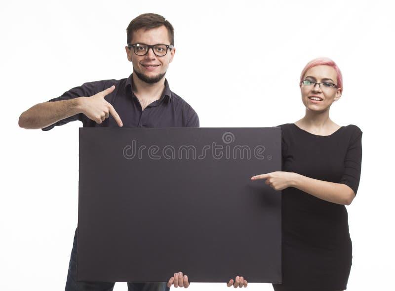 Potomstwo zachęcająca para pokazuje prezentację wskazuje plakat fotografia royalty free