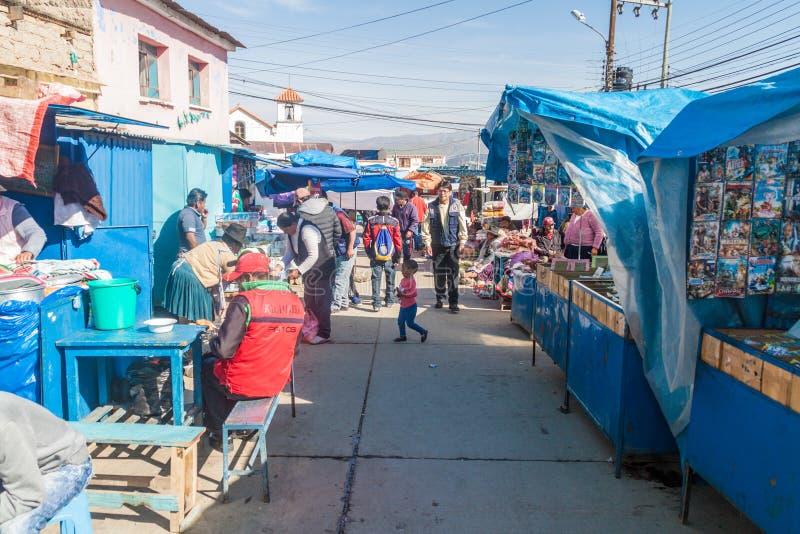 POTOSI, БОЛИВИЯ - 20-ОЕ АПРЕЛЯ 2015: Местные люди на рынке в Potos стоковая фотография