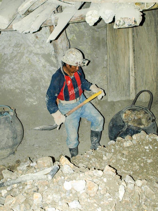 POTOSI, BOLIVIË - JULI 5, 2008: Mannelijke mijnwerker in de Cerro Rico mijn in Potosi, Bolivië Één van het hardst en de meesten royalty-vrije stock afbeeldingen