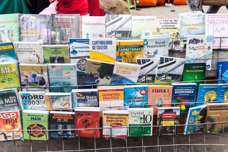 POTOSI, BOLIVIA - 18 APRILE 2015: Manuali scientifici da vendere su un mercato in Potosi, Bolivi immagine stock