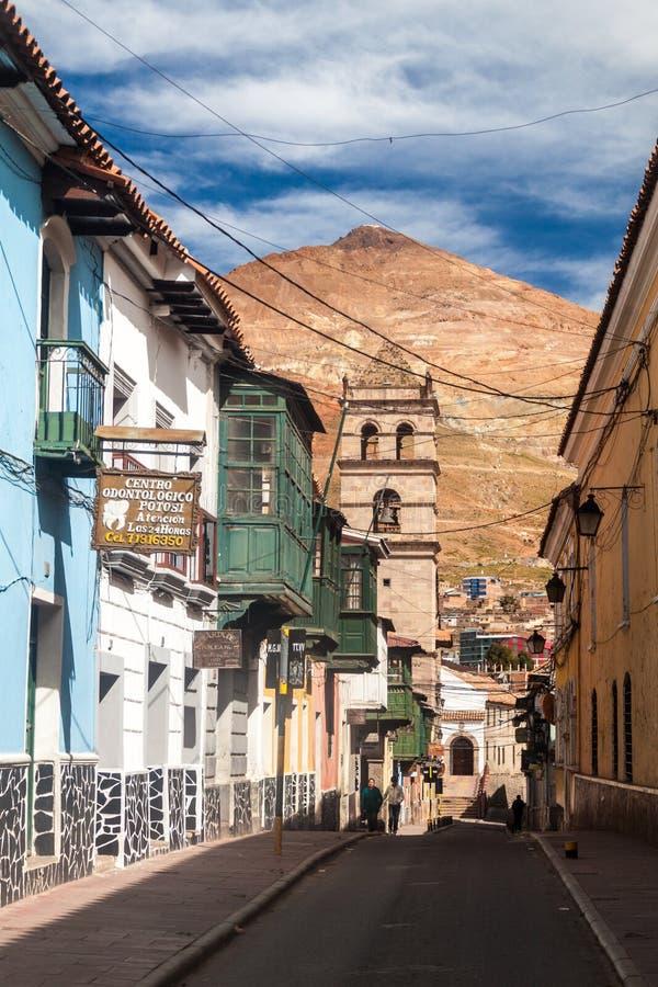 POTOSI, BOLIVIA - 19 DE ABRIL DE 2015: Edificios y montaña coloniales de Cerro Rico en Potosi, Boliv fotografía de archivo libre de regalías