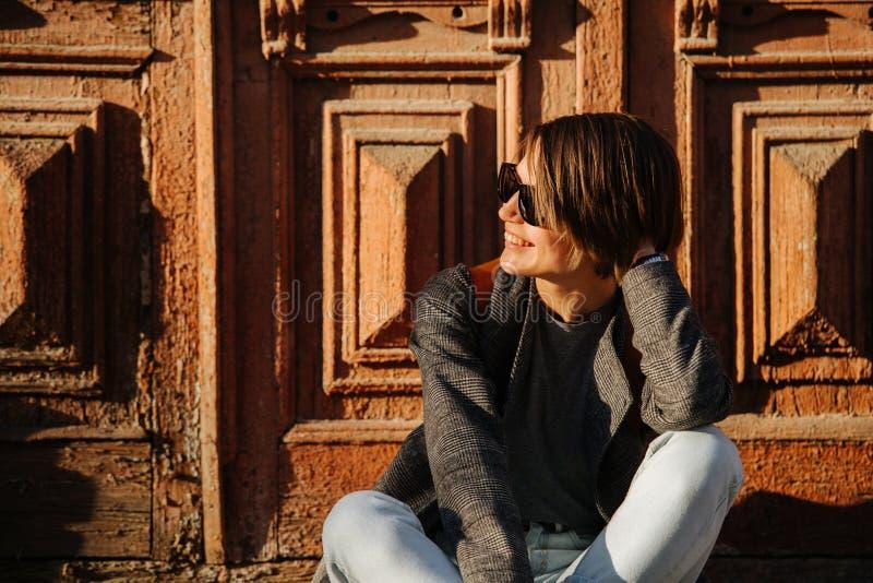 Potrait μιας χαμογελώντας ελκυστικής νέας γυναίκας στο ηλιοβασίλεμα στοκ φωτογραφία με δικαίωμα ελεύθερης χρήσης