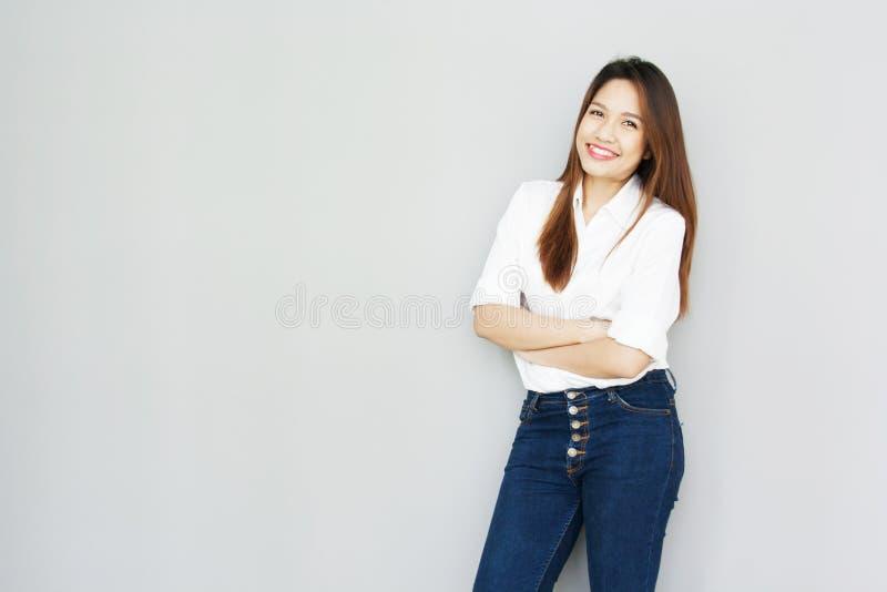 Potrait asiatisches Damenlächeln zufällige Reihe in weißem Hemd und im blauen je lizenzfreie stockfotografie