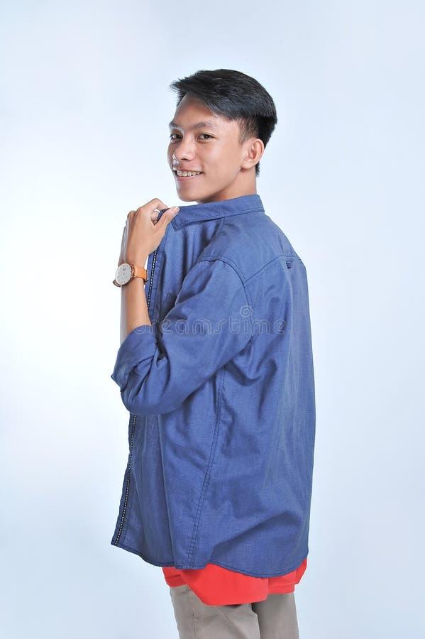 Potrait av den stiliga unga asiatiska modellblicken på kameran med säkert le royaltyfri foto