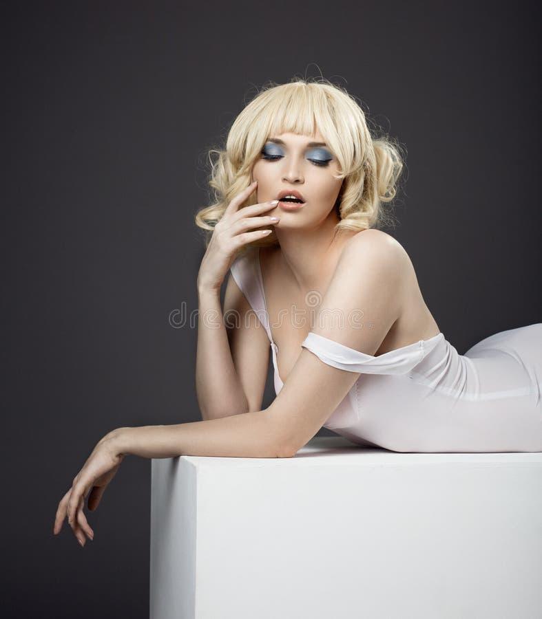 Potrait da sensualidade da mulher bonita no pano branco fotografia de stock