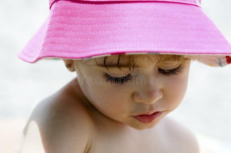 Potrait del primo piano del cappello d'uso del sole della bambina adorabile fotografia stock libera da diritti