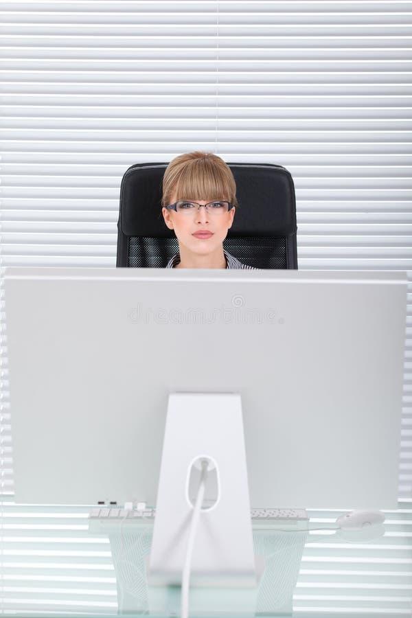 Potrait dell'ufficio di giovane donna di affari fotografia stock libera da diritti