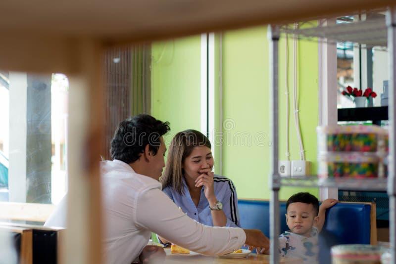 Potrait do assento asi?tico da fam?lia dentro de apreciar o dia no caf? na manh? imagens de stock