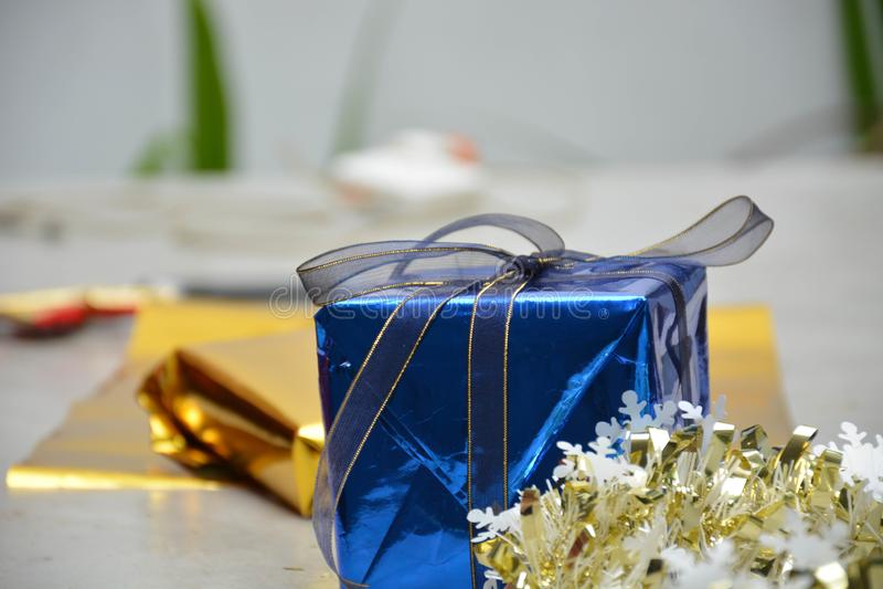 Potrait einer blauen Geschenkbox auf der Zementtabelle stockfotografie