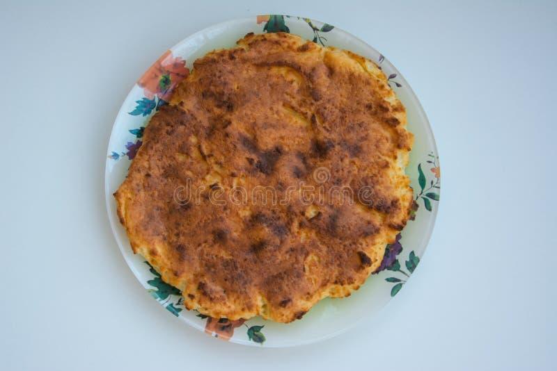 Potrawka na talerzu na białym tle zdjęcia royalty free
