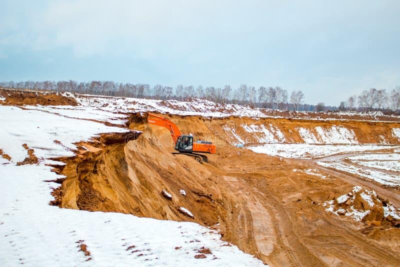 Potresovo, Rusia - diciembre de 2015: Hoyo de arena en Potresovo en invierno mining foto de archivo