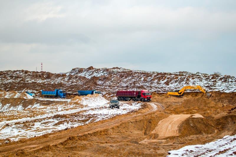 Potresovo, Rusia - diciembre de 2015: Hoyo de arena en Potresovo en invierno mining fotografía de archivo