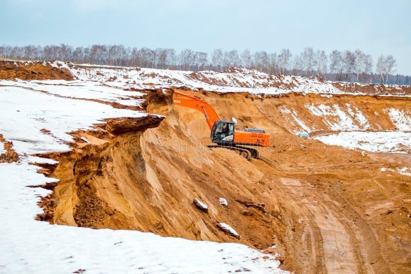 Potresovo, Rusia - diciembre de 2015: Hoyo de arena en Potresovo en invierno mining imagenes de archivo