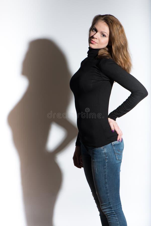 Potrrait de jeune belle femme avec l'ombre photos stock
