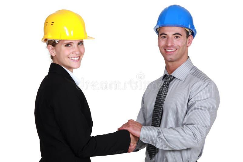 Potrząsalne bizneswoman i biznesmena ręki obraz stock