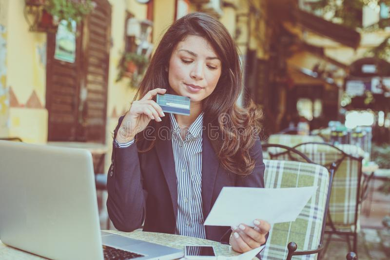 Potrzeba sprawdzać kredytowego ograniczenie po robić zakupy zdjęcie royalty free