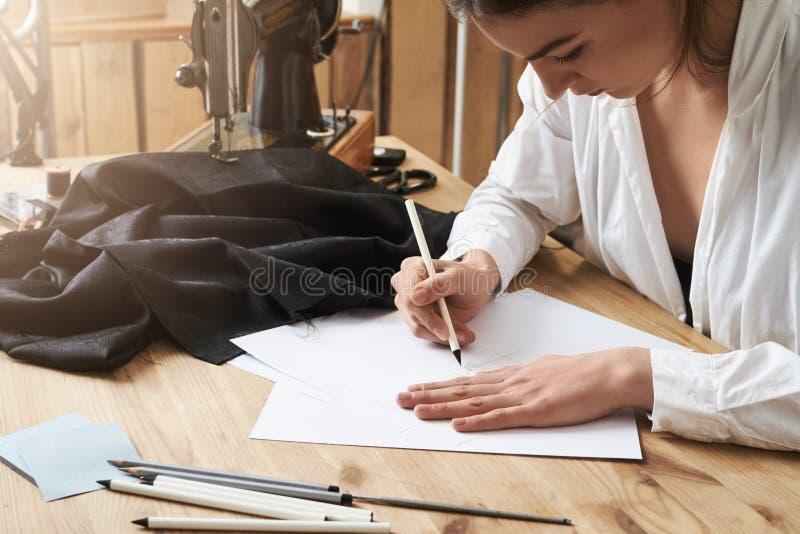 Potrzebuję pisać mię puszku until ono wśliznął mój umysł Skupiający się kreatywnie odzieżowego projektanta obsiadanie w warsztaci obrazy royalty free
