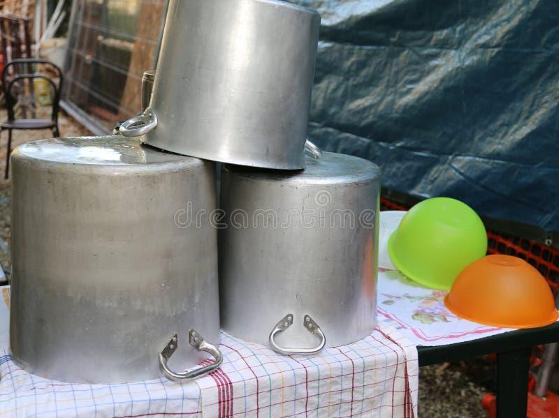 Pots énormes à sécher et terrines dans une cuisine de camp photos stock