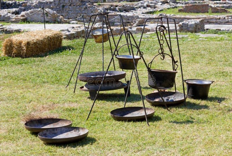 Pots antiques dans un campement gallique à une reconstitution photographie stock