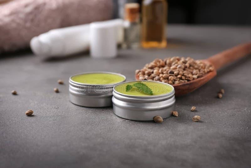 Pots avec la lotion de chanvre image stock