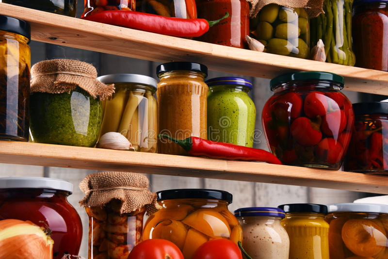 Pots avec la variété de légumes marinés image stock
