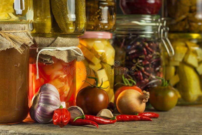 Pots avec la variété de légumes marinés Carottes, ail de champ, persil dans les glas la nourriture a préservé Fermented a préserv image libre de droits