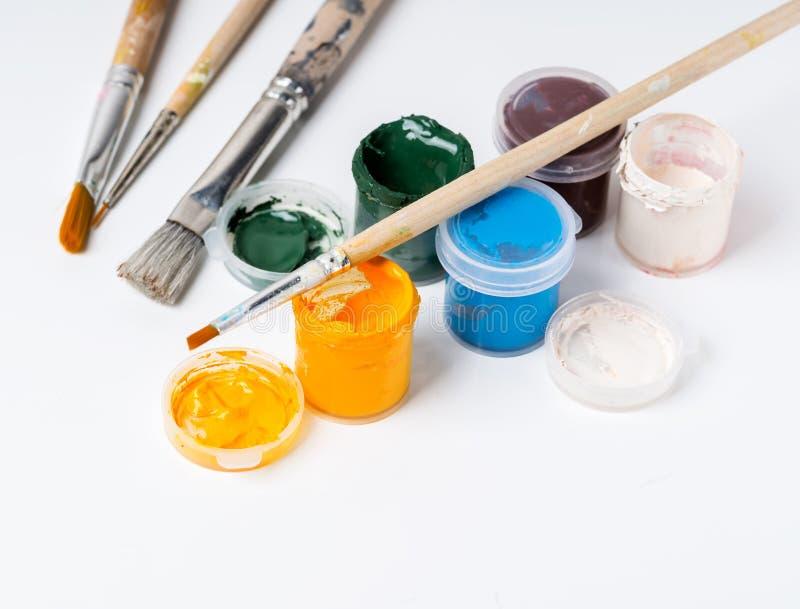Pots avec les peintures colorées de gouache photos stock