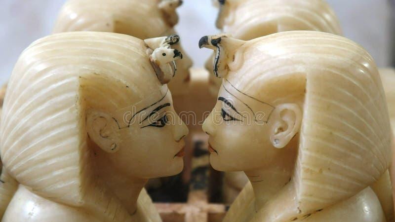 Pots canopic d'albâtre dans le musée égyptien, le Caire images stock