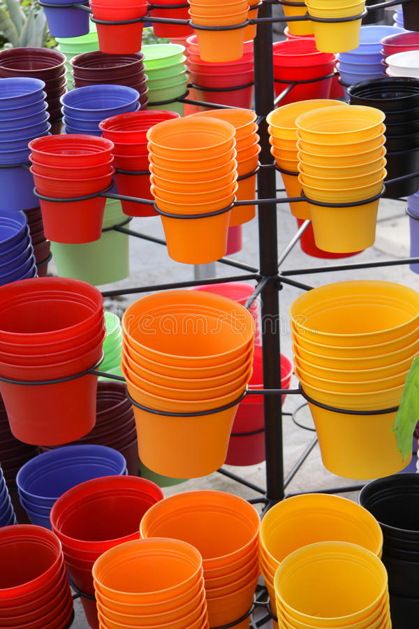 Pots colorés d'usine photographie stock