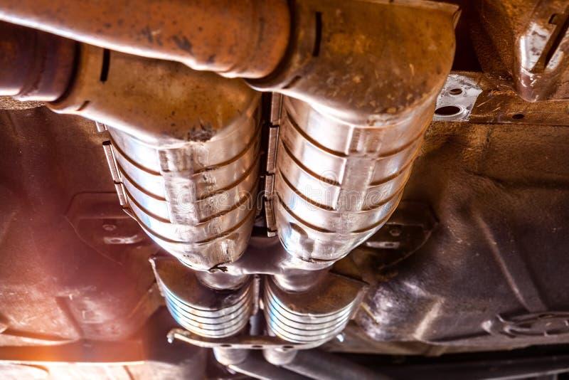 Pots d'échappement de voiture sous le véhicule photo libre de droits