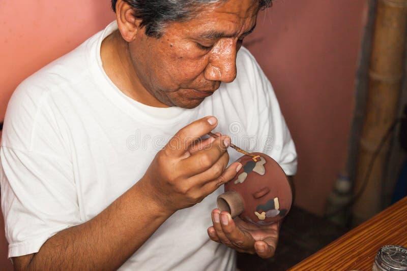 Pots d'argile de peinture de Ceramist photo libre de droits