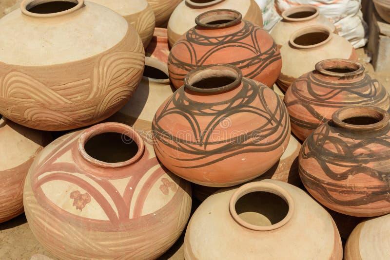 Pots d'argile sur le marché dans Bikaner l'Inde images stock