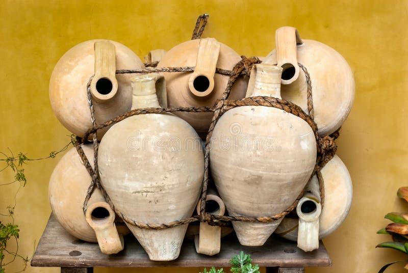 Pots d'artisan faits d'argile et ficelés avec la cornée photo libre de droits