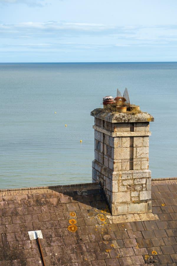 Pots de cheminée de cru par la mer bleue photos stock