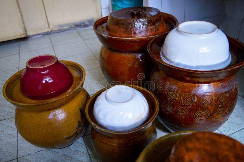 Pots de conserves au vinaigre de chinois traditionnel photo libre de droits