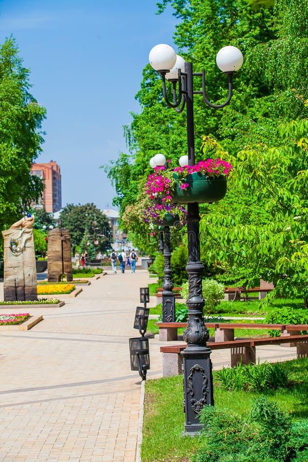 Pots de fleur sur lampadaires dans le lieu public urbain, Donetsk photographie stock libre de droits