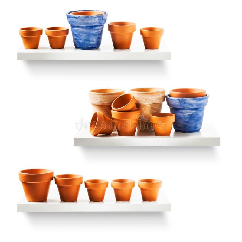 Pots de fleurs sur l'étagère images stock