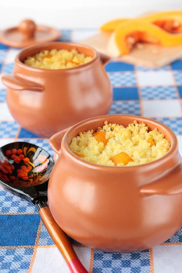 Pots de gruau de millet avec le potiron image stock