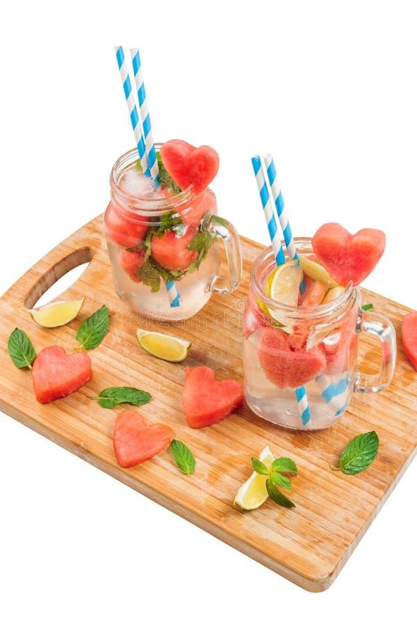 Pots de maçon avec la boisson de pastèque sur le blanc photographie stock
