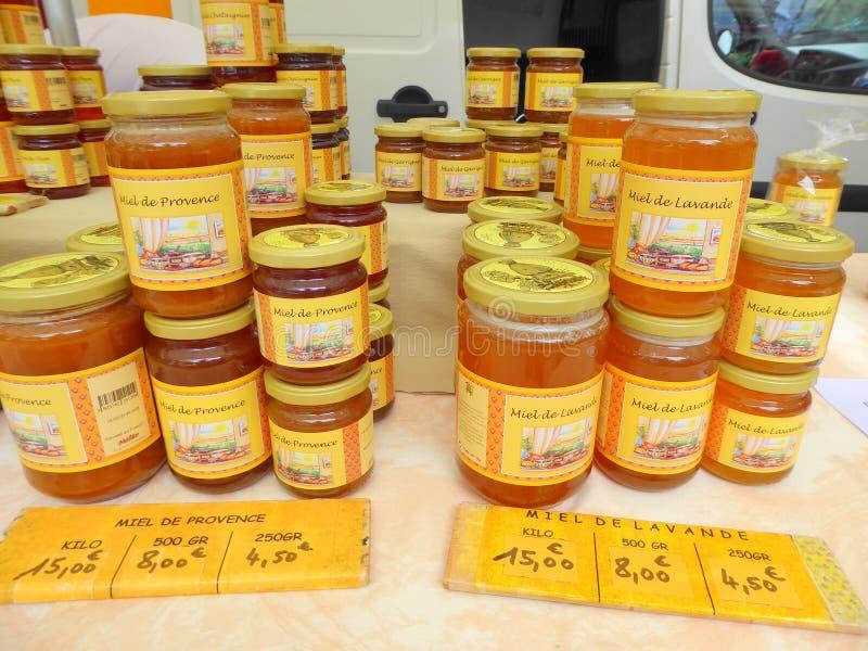 Pots de miel sur la stalle du marché photographie stock libre de droits