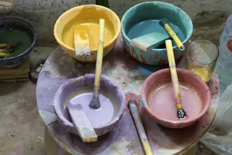 Pots de peinture dans une poterie photographie stock