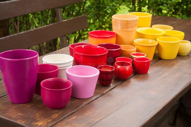 Pots de plantation en céramique décoratifs colorés image libre de droits
